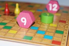 Kubus, spaanders, houten cijfers, een helder gebied voor het spel stock afbeeldingen