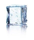 Kubus van blauw die ijs op een witte achtergrond wordt geïsoleerd stock foto's
