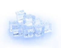 Kubus van blauw die ijs op een witte achtergrond wordt geïsoleerd Stock Foto
