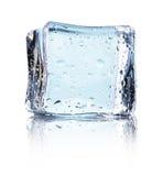 Kubus van blauw die ijs op een witte achtergrond wordt geïsoleerd Royalty-vrije Stock Afbeeldingen