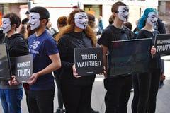 Kubus van de groep van het Waarheidprotest stock afbeelding