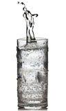 Kubus van ijs die in het water wordt gelaten vallen Stock Fotografie