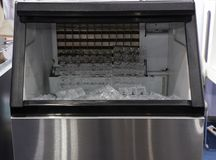 kubusijs in ijs het maken machine stock foto