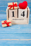 Kubuskalender met giften en rood hart, Valentijnskaartendag Royalty-vrije Stock Foto's