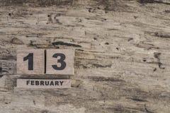 Kubuskalender voor februari op houten achtergrond Stock Foto's