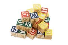 Kubussen met brieven die op wit worden geïsoleerd? Royalty-vrije Stock Foto's