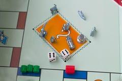 Kubussen met het spelmonopolie op de lijst stock afbeelding
