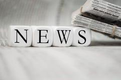Kubussen met nieuws met kranten stock fotografie