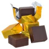 Kubussen van chocolade in gouden geïsoleerde verpakking Royalty-vrije Stock Afbeelding