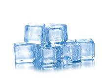 Kubussen van ijs op een witte achtergrond Stock Foto's