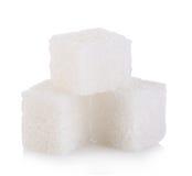 Kubussen van suiker op wit wordt geïsoleerd dat stock foto
