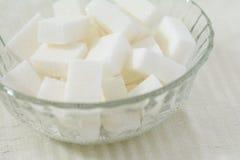 Kubussen van witte suiker in een kristalkom Stock Foto