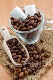 Kubussuiker en koffie Stock Foto's
