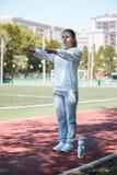 kucanie młoda piękno dziewczyna przy stadium ćwiczenia Fotografia Stock