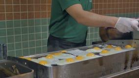 Kucbarscy dłoniaków jajka dla śniadaniowego bufeta w restauraci w hotelu, zbiory wideo