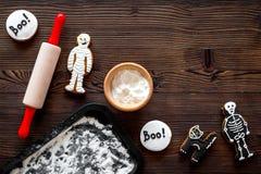 Kucbarscy Halloween piernikowi ciastka w kształcie kościec, mamusia Cukierki zbliżają biurko i toczną szpilki Drewniany tło wierz Fotografia Royalty Free
