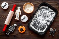 Kucbarscy Halloween piernikowi ciastka w kształcie kościec, mamusia Cukierki zbliżają biurko i toczną szpilki Drewniany tło wierz Zdjęcia Royalty Free