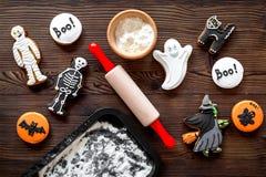 Kucbarscy Halloween piernikowi ciastka w kształcie kościec, mamusia Cukierki zbliżają biurko i toczną szpilki Drewniany tło wierz Zdjęcie Royalty Free