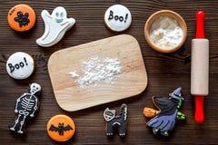 Kucbarscy Halloween piernikowi ciastka w kształcie kościec, mamusia Cukierki zbliżają biurko i toczną szpilki Drewniany tło wierz Obraz Stock