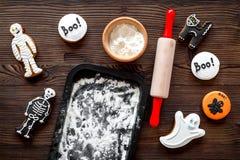 Kucbarscy Halloween piernikowi ciastka w kształcie kościec, mamusia Cukierki zbliżają biurko i toczną szpilki Drewniany tło wierz Obraz Royalty Free