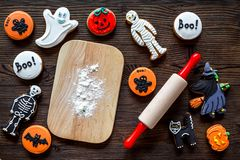 Kucbarscy Halloween piernikowi ciastka w kształcie kościec, mamusia Cukierki zbliżają biurko i toczną szpilki Drewniany tło wierz Fotografia Stock