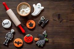Kucbarscy Halloween piernikowi ciastka w kształcie kościec, mamusia Cukierki zbliżają biurko i toczną szpilki Drewniany tło wierz obrazy royalty free