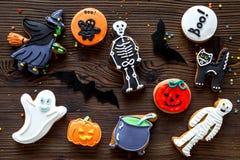 Kucbarscy Halloween piernikowi ciastka z czarownicą, kościec, ducha Drewnianego tła odgórny widok fotografia royalty free