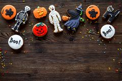 Kucbarscy Halloween piernikowi ciastka z czarownicą, kościec, ducha tła odgórnego widoku Drewniany copyspace obraz royalty free
