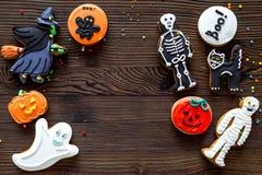 Kucbarscy Halloween piernikowi ciastka z czarownicą, kościec, ducha tła odgórnego widoku Drewniany copyspace zdjęcia stock