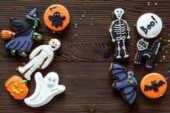 Kucbarscy Halloween piernikowi ciastka z czarownicą, kościec, ducha tła odgórnego widoku Drewniany copyspace obraz stock