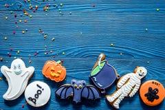 Kucbarscy Halloween piernikowi ciastka z czarownicą, nietoperz Błękitny tło odgórnego widoku copyspace fotografia stock