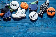 Kucbarscy Halloween piernikowi ciastka z czarownicą, nietoperz Błękitny tło odgórnego widoku copyspace obraz royalty free
