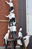Kucbarska statua wspinał się komin przy Czekoladową fabryką, Shiroi Koibito park Fotografia Stock