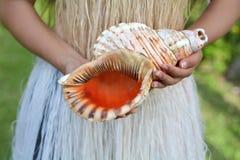 Kucbarska wyspiarki kobieta trzyma konchy Shell róg w Rarotonga Cook Ja Obraz Stock