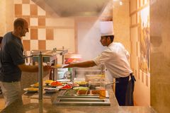 Kucbarski porcja gość restauracji w egipskim kurorcie Obraz Royalty Free