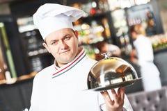 Kucbarski szef kuchni przy restauracją Zdjęcia Royalty Free