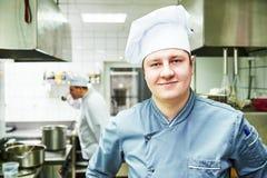Kucbarski szef kuchni przy restauracyjną kuchnią zdjęcia stock