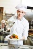 Kucbarski szef kuchni z jedzeniem w kuchni zdjęcia royalty free