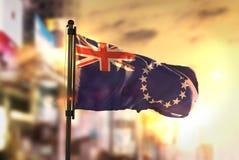Kucbarskich wysp flaga Przeciw miasta Zamazanemu tłu Przy wschodu słońca Bac Fotografia Royalty Free