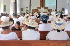 Kucbarskie wyspiarki one modlą się przy Matavera Kucbarskich wysp kościół chrześcijańskiego akademiami królewskimi Zdjęcie Royalty Free