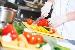 Kucbarskiego szef kuchni ręki narządzania sałatkowy jedzenie w kuchni Obraz Stock