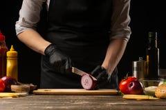 Kucharz ciie czerwone cebule dla marynować hamburger hamburgeru przepis Kulinarny przepis, robi soczystemu hamburgerowi, menu, zdjęcie royalty free