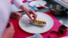 Kucharz dekoruje naczynie na talerzu zdjęcie wideo