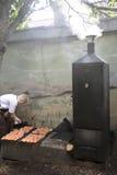 Kucharz dymi łososiowego outside restauracja Obrazy Stock