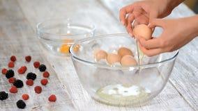 kucharz oddziela yolk w jajku zbiory wideo