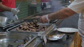 Kucharz piec mięso w kuchni restauracja w hotelu zdjęcie wideo