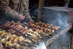 Kucharz przygotowywa mięso na skewer Fotografia Royalty Free