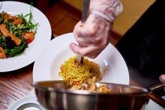 Kucharz przygotowywa naczynie na kuchni hotel lub restauracja fotografia stock