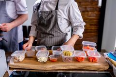 Kucharz rozkłada słoje z pustymi miejscami produkty dla gotować Mistrzowska klasa w kuchni Proces kucharstwo Krok po kroku fotografia stock