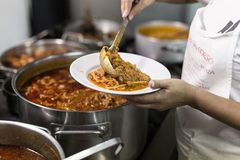 Kucharz stawia flaczki w talerzu Zdjęcie Stock